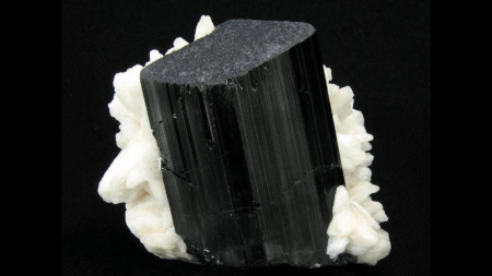 piedra turmalina negra, o turmanila negra, turmalina negra.
