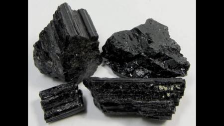 fotos de la piedra turmalina.negra también llamada chorlita, schroll, turbalina, turmalina negre